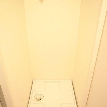 洗面台の向かいに洗濯機置き場があります。