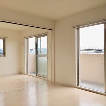 窓が3つ!窓から外の景色がちらり、、、!(※写真は3階の反転間取り別部屋のものです)