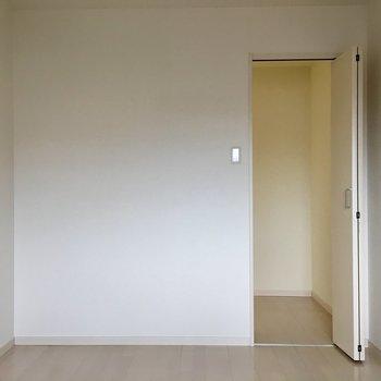 この扉はなんだろう。。。(※写真は3階の反転間取り別部屋のものです)