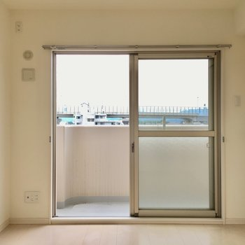 窓も小窓もあるからこの洋室は寝室かな。(※写真は3階の反転間取り別部屋のものです)