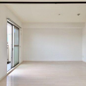 真っ白な壁はお部屋がさらに広く見える。(※写真は3階の反転間取り別部屋のものです)