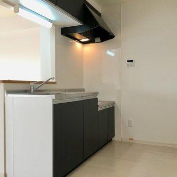 後ろもゆとりがあるので冷蔵庫や食器棚を置いても良さそう。(※写真は3階の反転間取り別部屋のものです)