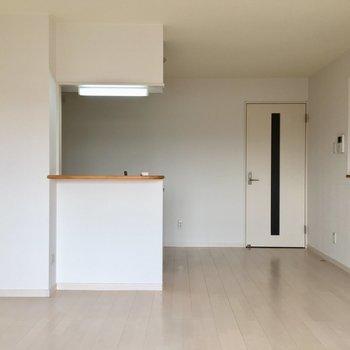 キッチン横にはちょっとした飾り棚スペースがあります。何を飾ろうかな〜〜(※写真は3階の反転間取り別部屋のものです)