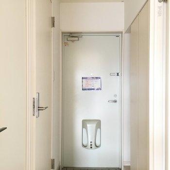 玄関周りもホワイトで清潔感◎(※写真は3階の反転間取り別部屋のものです)