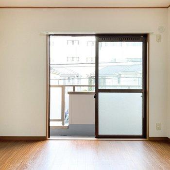 【西側洋室】こちらはベッドルームに。ダブルベッドもゆとりを持っておけます。