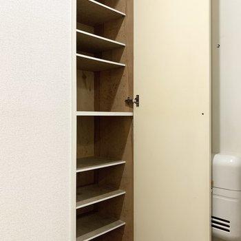 シューズボックスは高さ調節可能です。