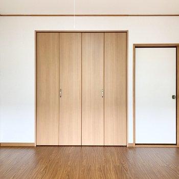 【西側洋室】大きなクローゼットがあります。