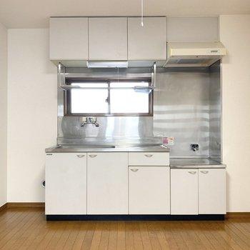 【DK】白を基調としたキッチンは清潔感があります。