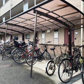 自転車置き場はエントランス左側です。