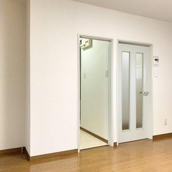 【DK】DKから洗面脱衣所、玄関にいけます。