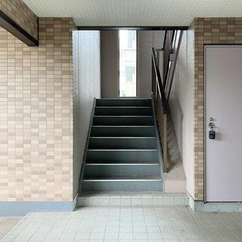 階段は幅があるので比較的家具の搬入出はしやすそうです。