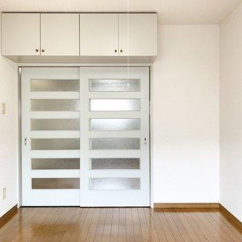 【東側洋室】扉の上に収納があります。