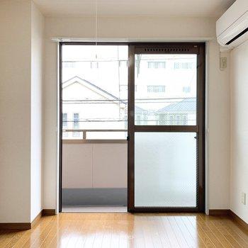 【東側洋室】こちらはリビングに。大きなソファを置きたいな。