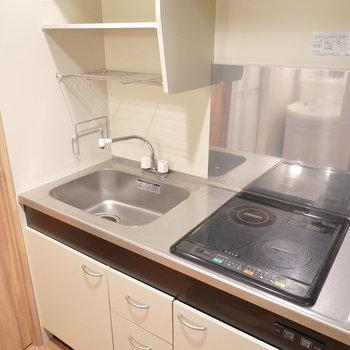IHだけど調理スペースは狭め。一人暮らしなら問題ない?冷蔵庫は右手に。(※写真は4階の同間取り別部屋のものです)