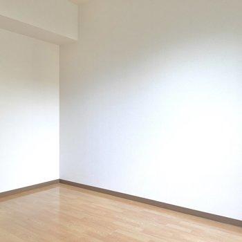 床にはローテーブルと、みんなが座れるようにグリーンのカーペットを。(※写真は4階の同間取り別部屋のものです)