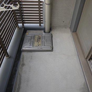 バルコニーはコンクリで綺麗。洗濯物が干しやすそう。(※写真は4階の同間取り別部屋のものです)