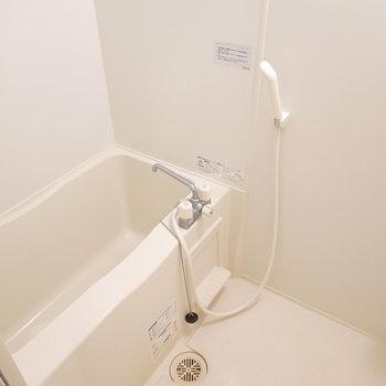 お風呂はシンプルですが、学生ならこれで十分過ごせそう。(※写真は4階の同間取り別部屋のものです)