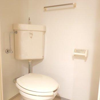 トイレもシンプルですが、しっかり清潔にされています。(※写真は4階の同間取り別部屋のものです)