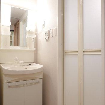 キッチンの反対側には洗面台とお風呂。(※写真は4階の同間取り別部屋のものです)