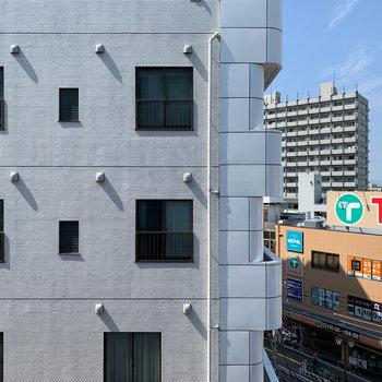 眺望はお向かいのマンションやスーパーです。