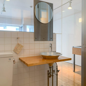 洗面台の天板が広め。横にメイク道具などが置けそう。