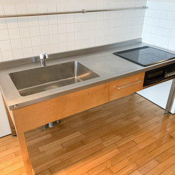 キッチンは幅の広い実用的なもの。3口IHでグリル付きです。