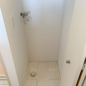 トイレの前、扉を開けると洗濯機置き場。