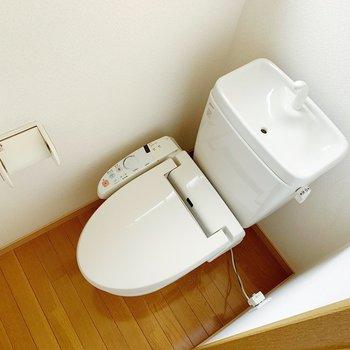 トイレは温水洗浄便座。こちらにも小窓がついてますよ〜。