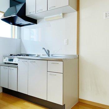 キッチンの右側に冷蔵庫。小窓がついてるので、換気しやすいですね。