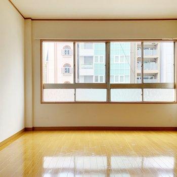 この窓がお部屋の主役◯西向きなので、夕方まで明るいですね。