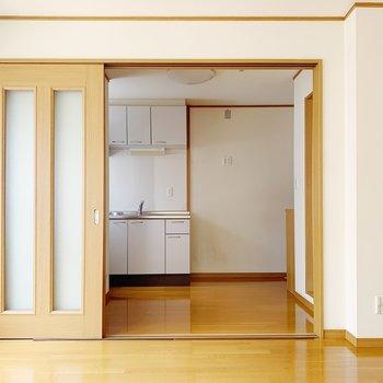 ダイニングキッチンと洋室はこんな感じで扉でしきれますよ!