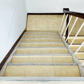 お部屋までは階段で〜。