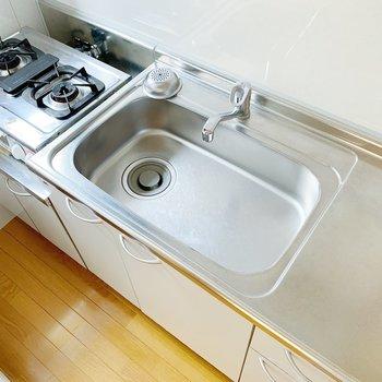 シンクがとっても広いな〜。お皿洗い、ためすぎないようにね。