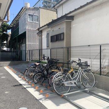 駐輪場はエントランス前にあります。