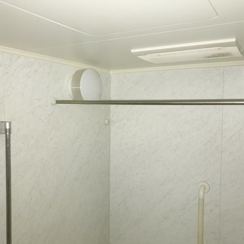 雨の日にうれしい浴室乾燥機付きです。