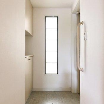 玄関にも明るい光が入ってきます。