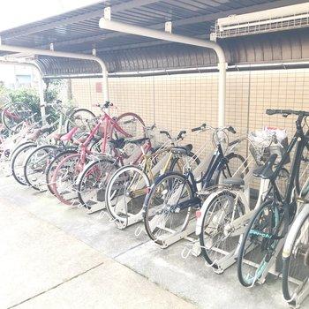 自転車庫は屋根が付いています。