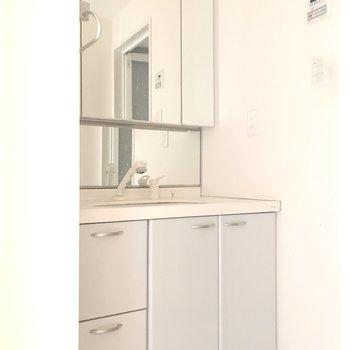 洗面所の大きな鏡で朝の身支度を。