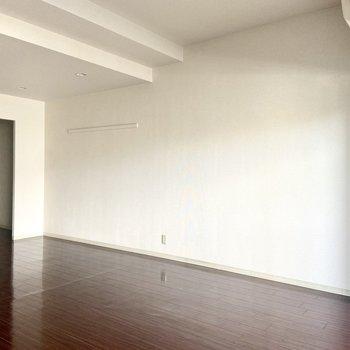 真っ白な壁には、ポスターやガーランドなどを飾ってもいいかも。