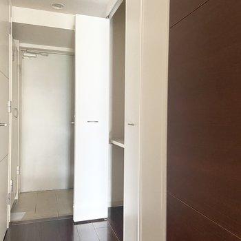 玄関へ向かうと廊下の右側にはたまた収納スペース。
