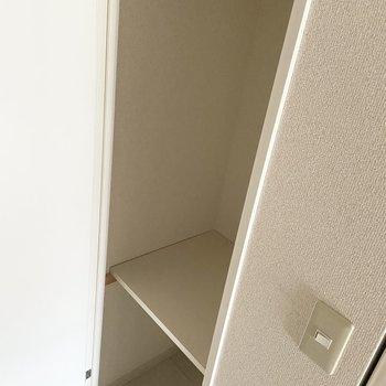 玄関に向かって右側には細長い収納スペース。傘などを入れておけるかも。