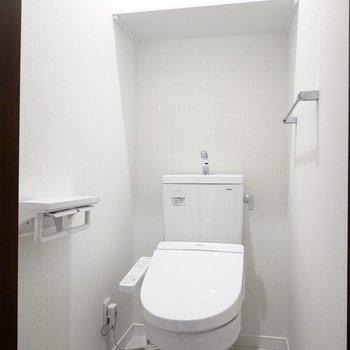 清潔感のある白い空間には嬉しいウォシュレット付きのおトイレ。