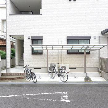 1階の道路側には屋根付きの駐輪場。