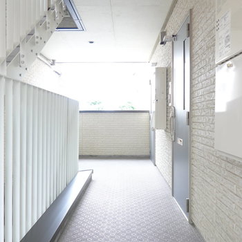 玄関前。階段を上がって右手のお部屋です。