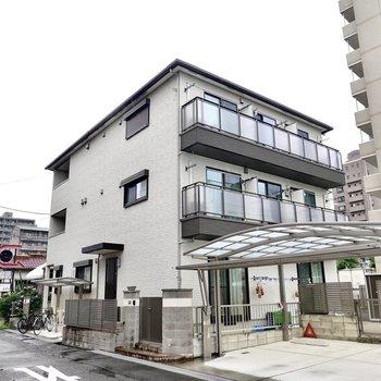 戸建てのような外観の軽量鉄骨造アパートの2階。1階部分は個人宅になっています。