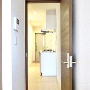 ドアを開けると正面にキッチン。手前側が冷蔵庫置き場になっています。
