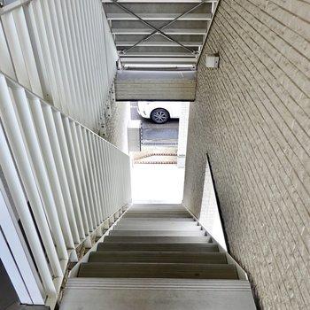 お部屋は2階でエレベーターはありません。ゆとりのある階段です。