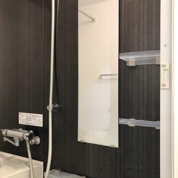 鏡や棚も設置されています。