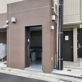 ゴミステーションは建物の側面に。