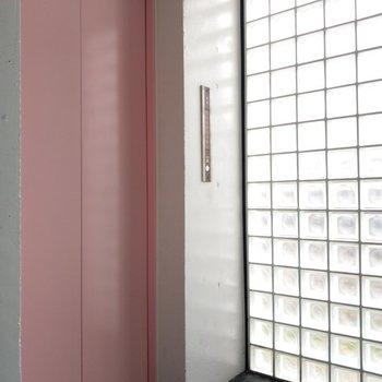 エレベーターはピンク!ガラスブロックの窓が綺麗。